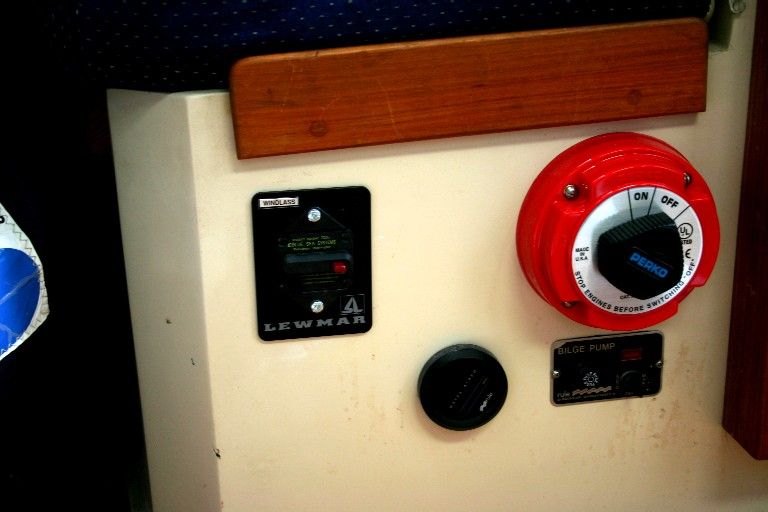 File:18-circuit-breaker.jpg